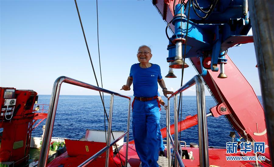 """(图文互动)(3)""""深海勇士""""号迄今年龄最大乘客:82岁汪品先院士在南海下潜获重要发现"""