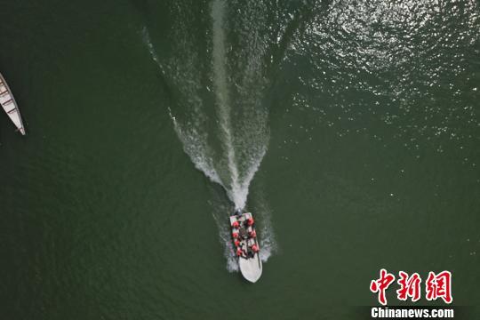 武警黔東南支隊在水上開展救援訓練 黃事成 攝