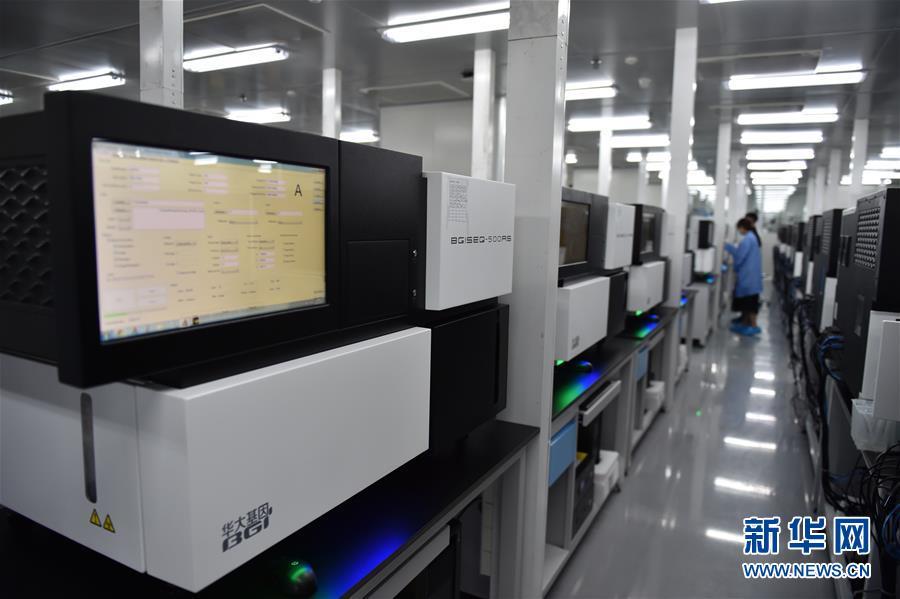 2019-10-18,工作人员在位于深圳的中国国家基因库操作基因测序仪测序。新华社记者毛思倩摄