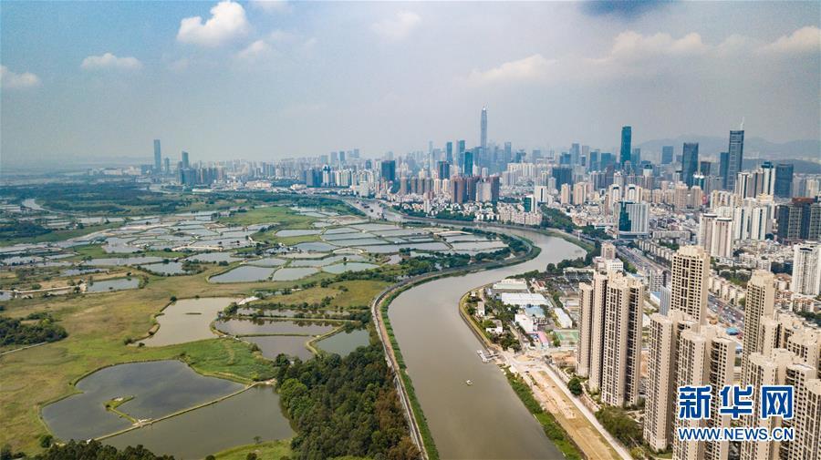 3月26日无人机拍摄的深圳河两岸的深圳(右)和香港(左)。新华社记者毛思倩摄