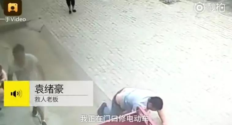 中国版钢铁侠!2岁女童挂三轮冲向墙,男子不顾安危飞身扑上...沉香豌