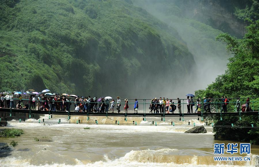 6月5日,游客在黄果树瀑布景区游览.