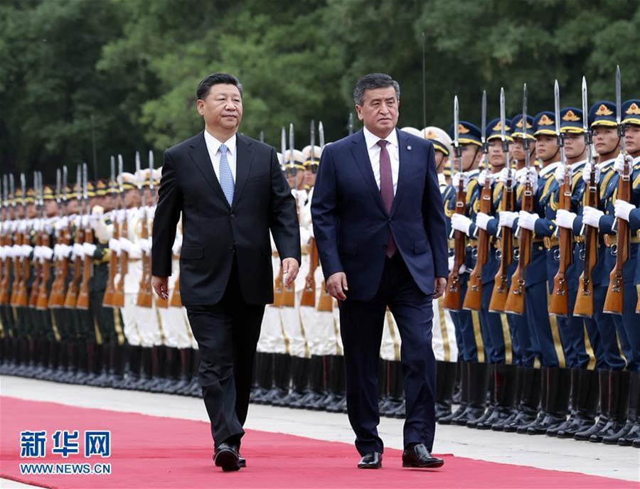 6月6日,国家主席习近平在北京人民大会堂同吉尔吉斯斯坦总统热恩别科夫举行会谈。这是会谈前,习近平在人民大会堂东门外广场为热恩别科夫举行欢迎仪式。新华社记者 丁林