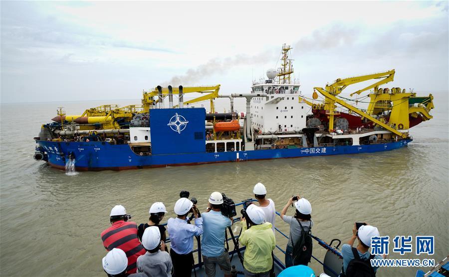 """(經濟)(1)中國自主設計建造重型挖泥船""""天鯤號""""出港海試"""