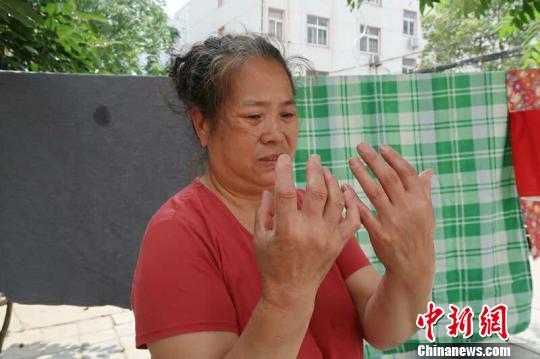 """照顧植物人兒子15年不棄年邁母親盼兒再叫聲""""媽"""""""