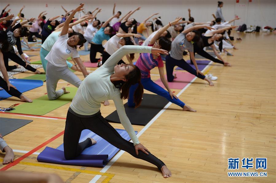 云南民族大学中印瑜伽学院举办国际瑜伽日活动