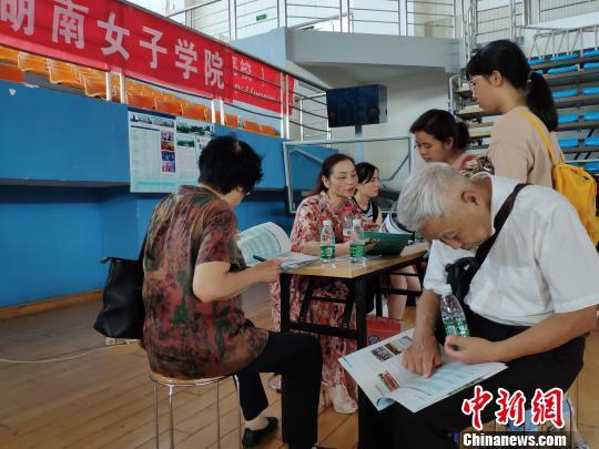 中国各地高考分数线相继出台填报志愿咨询行业生意火爆
