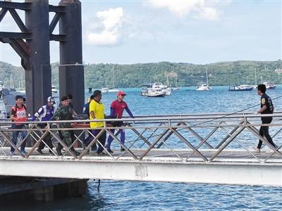 """普吉岛""""凤凰号""""船体侧翻后竖直入海 救援有哪些困难"""