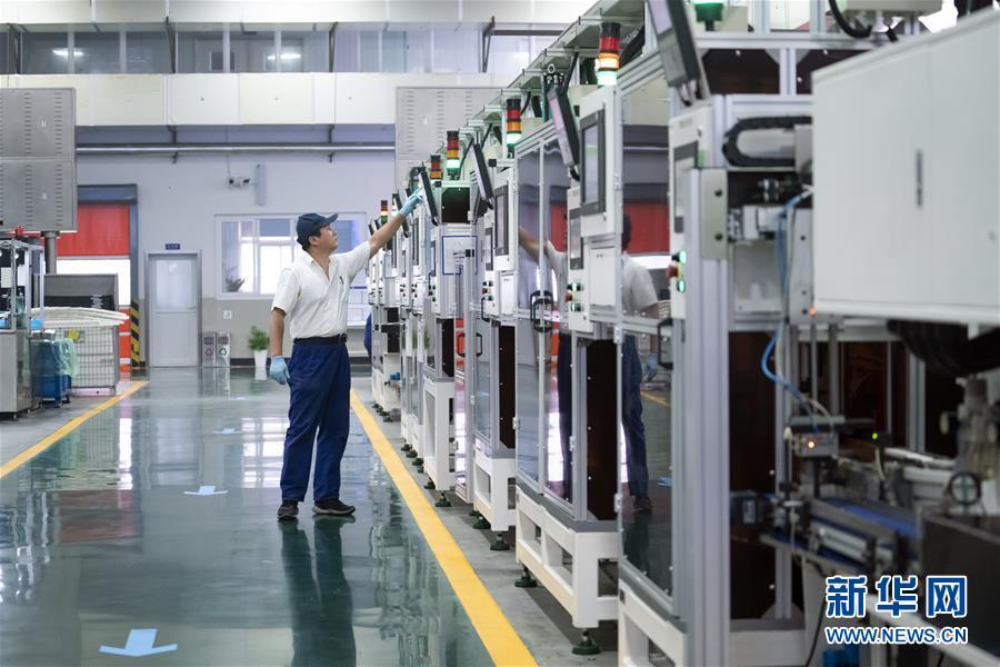 2018年7月4日,在万向钱潮智慧工厂,一名装配线操作员在车间巡视设备运转情况。 新华社记者 沈伯韩