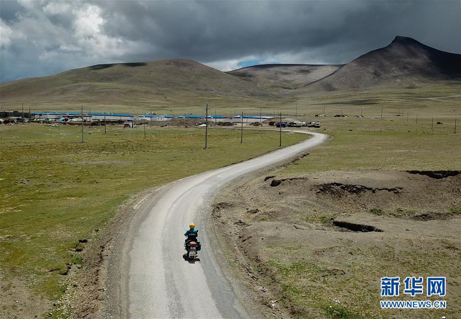 (圖片故事)(1)活躍在中國最高鄉的投遞員