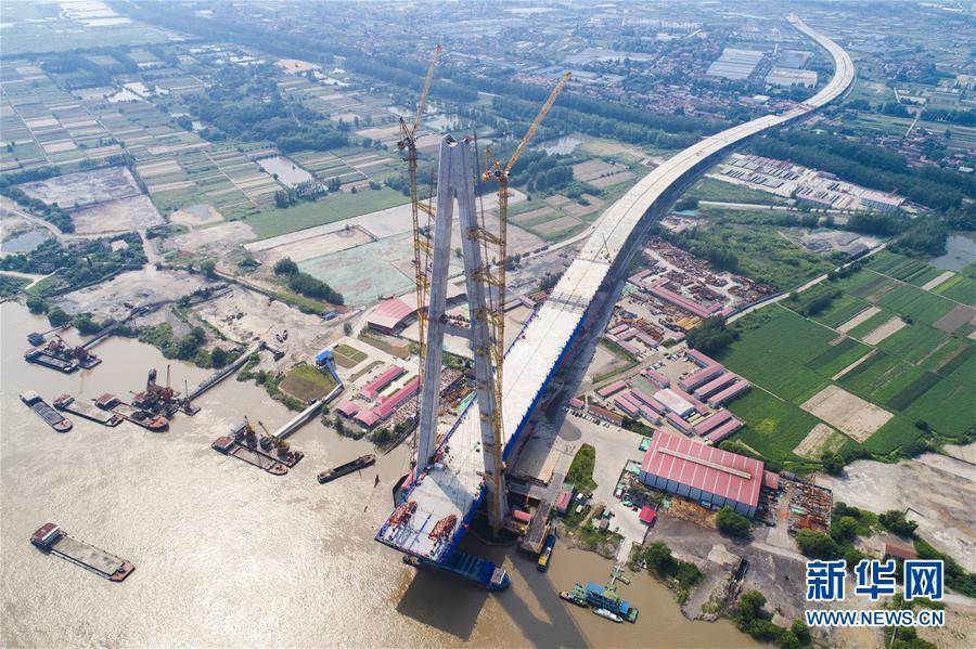(經濟)(1)武漢青山長江大橋主跨首節鋼梁架設成功