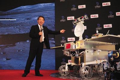 """""""嫦娥四号""""月球车首亮相面向全球征名"""