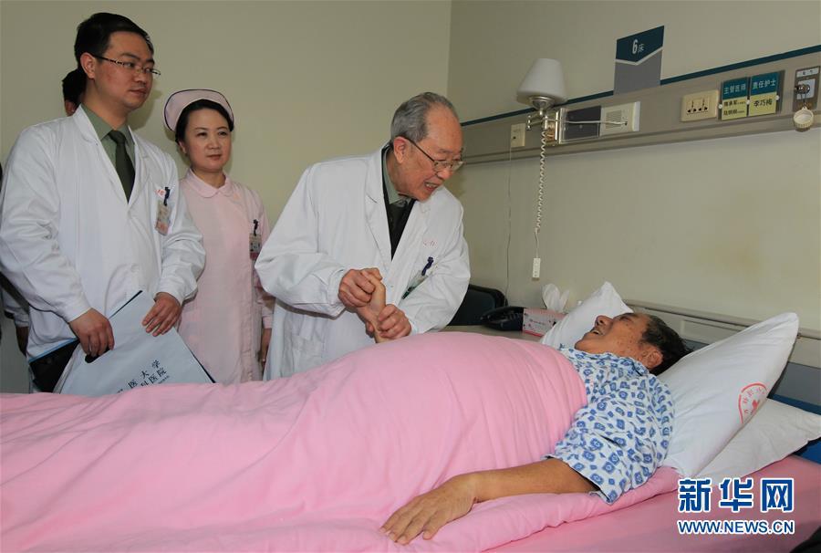 """(新华全媒头条·图文互动)(1)以生命的名义——献给首个""""中国医师节"""""""