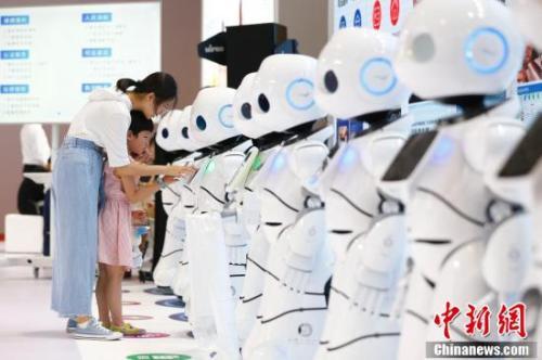 图为8月15日,2018世界机器人大会在北京亦创国际会展中心揭幕,160余家中外机器人领军企业带来的前沿产品集体亮相,让观众直接感受科技改变生活。<a target='_blank' href='http://www.chinanews.com/' _fcksavedurl='http://www.chinanews.com/'>中新社</a>记者 富田 摄