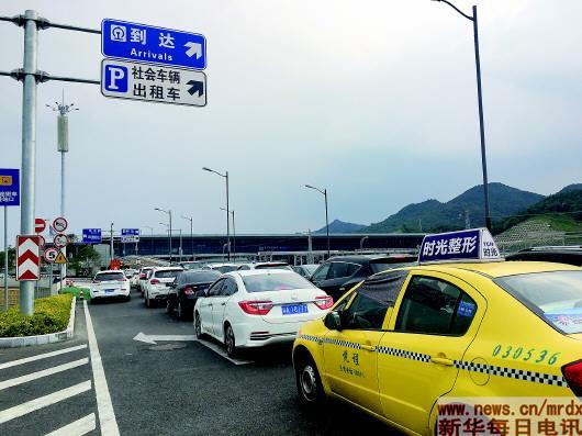 """重庆""""奇葩高铁站""""像迷宫 带迷路乘客出站成生意"""