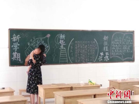 江苏东海一女老师抱娃出黑板报走红网络网友赞其敬业