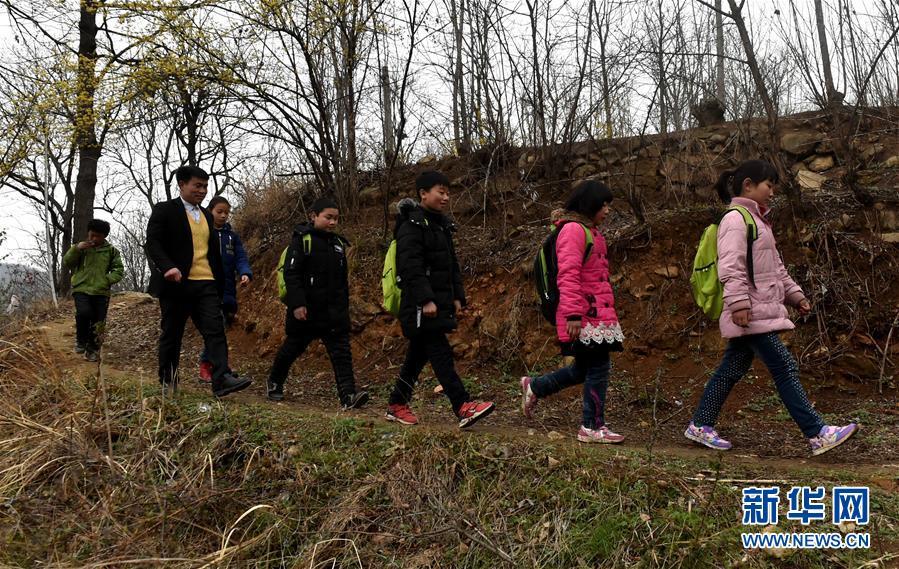 (時代先鋒·圖文互動)(7)伏牛山裏好老師張玉滾:挑起孩子們走出大山的希望