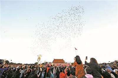 中国人民解放军首次国庆节升旗 超14万人看升旗364409