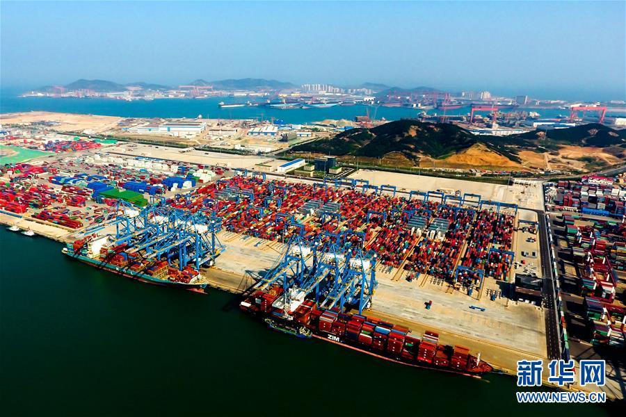 2018年5月4日无人机拍摄的青岛港前湾自动化集装箱码头。新华社记者 李紫恒
