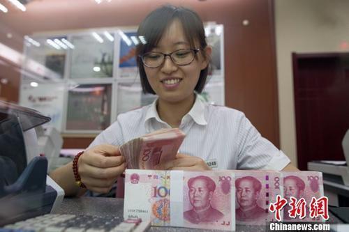 資料圖:銀行工作人員正在清點貨幣。<a target='_blank' href='http://big5.news.cn/gate/big5/big5.xinhuanet.com/gate/big5/www.chinanews.com/'><p  align=