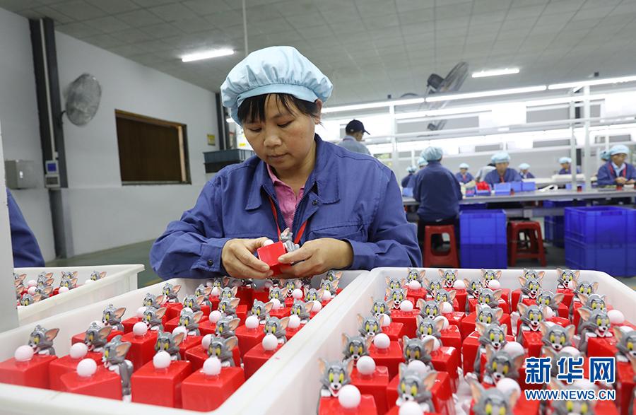 英德市连江口镇连樟村扶贫工厂的工人在检查玩具产品的质量。2017年村里通过产业扶贫引入企业落户到村,让村民实现了家门口就业(10月24日摄)。新华社记者王瑞平摄
