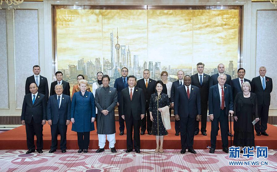习近平和彭丽媛欢迎出席首届中国国际进口博览