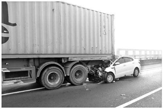 """开车用手机引发交通事故 """"盲驾""""是否入刑存争议"""