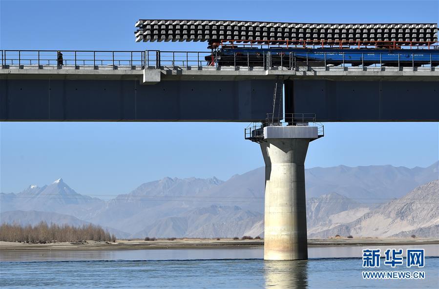 (经济)(2)川藏铁路拉林段第一座跨雅鲁藏布江大桥铺轨