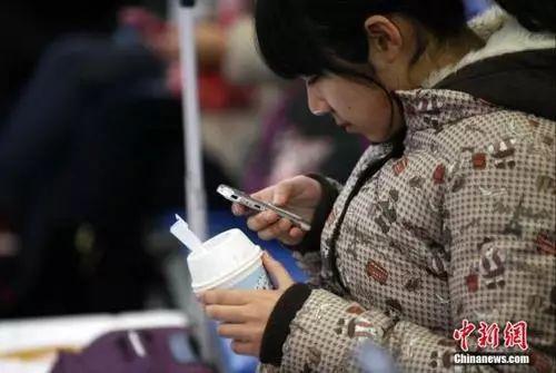 "候車室內,玩手機的""低頭族""隨處可見。<a target='_blank' href='http://big5.news.cn/gate/big5/big5.xinhuanet.com/gate/big5/www.chinanews.com/'><p  align="