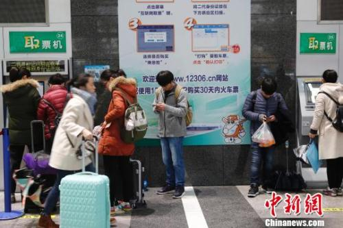 旅客在鐵路上海站售票大廳排隊購票。(資料照片) 殷立勤 攝