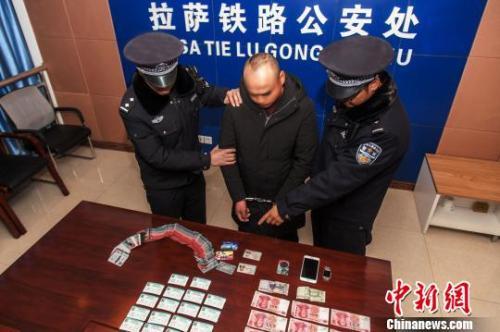 資料圖:一犯罪嫌疑人對拉薩鐵路警方查獲的火車票進行指認。 胡傳鑫 攝