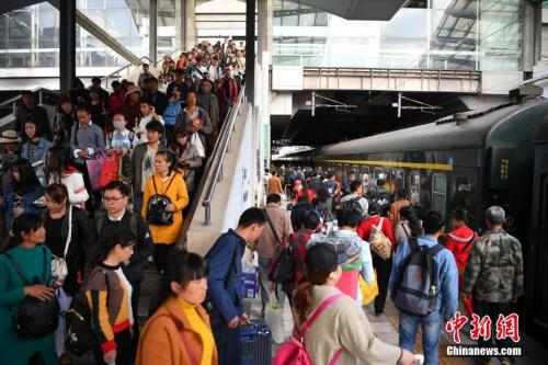 資料圖:2018年3月12日,旅客在昆明火車站進站乘車。<a target='_blank' href='http://big5.news.cn/gate/big5/www.chinanews.com/'><p  align=