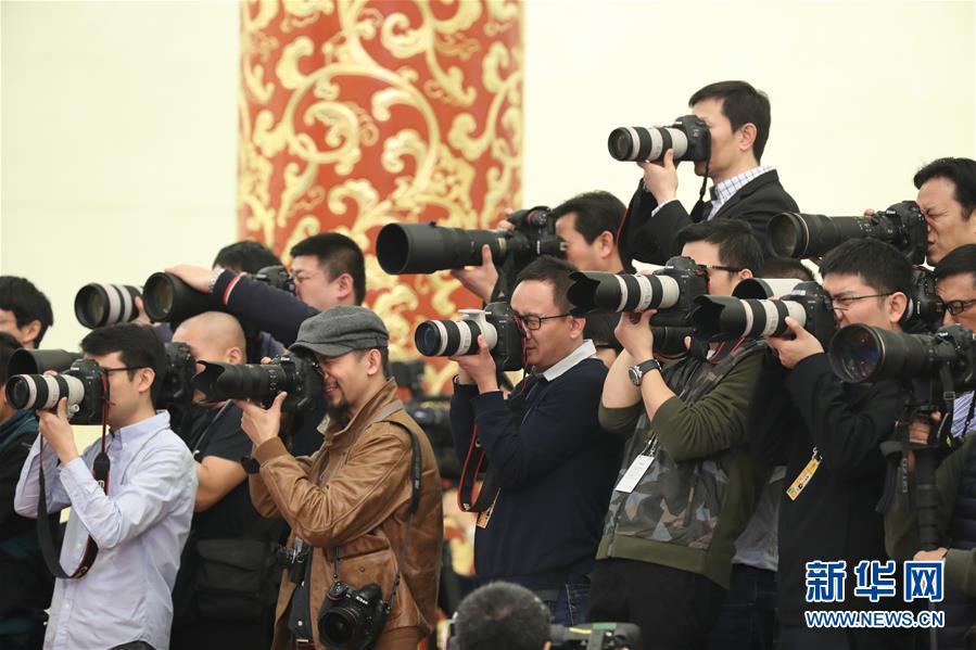 (两会)(7)国务院总理李克强等与中外记者见面