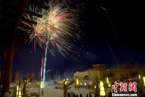 资料图:敦煌月牙泉小镇举行庆元旦大漠篝火晚会。 王斌银 摄