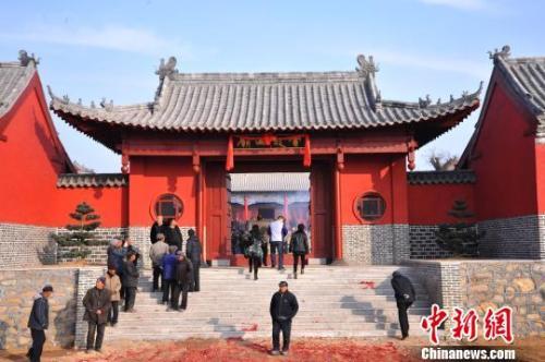 资料图:元旦小长假期间,威海南海新区云龙山上举办新年庙会。 刘昌勇 摄