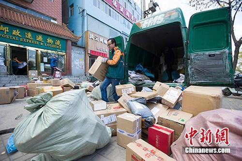 資料圖:物流人員在分揀快遞。<a target='_blank' href='http://big5.news.cn/gate/big5/www.chinanews.com/'><p  align=