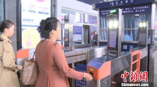 資料圖:旅客憑身份證通過電子人臉識別檢票閘機 李宇凡 攝