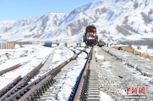 資料圖:拉薩周圍大面積降雪,川藏鐵路拉林段貢嘎縣境內施工現場氣溫驟降。中鐵十一局的建設者們頂著嚴寒,在冰天雪地中持續鋪軌施工。何蓬磊 攝