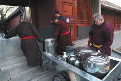 今年雍和宫舍粥98锅 8500余市民喝上腊八粥