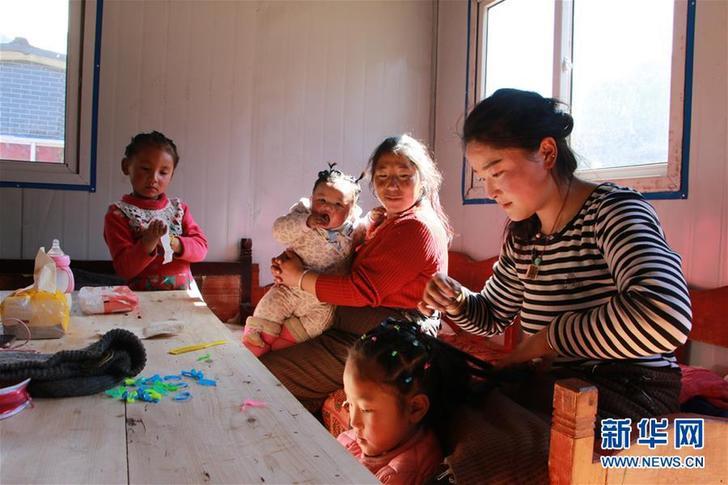 """(圖文互動)(3)""""這裏過新年和往常一樣熱鬧""""——西藏雅江堰塞湖受災群眾安置點新春見聞"""