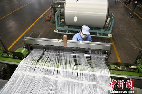 資料圖:玻璃纖維生産廠。<a target='_blank' href='http://big5.news.cn/gate/big5/www.chinanews.com/'><p  align=