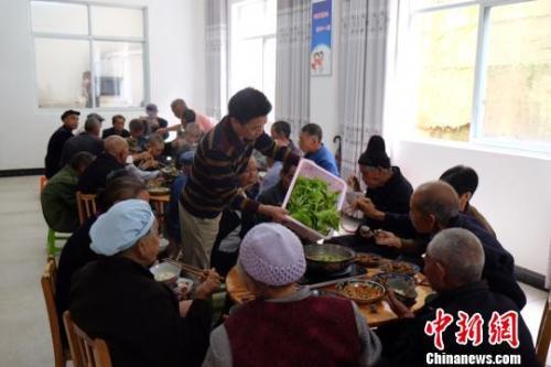 资料图:社会福利中心吃饭的老人们。徐学练 摄。