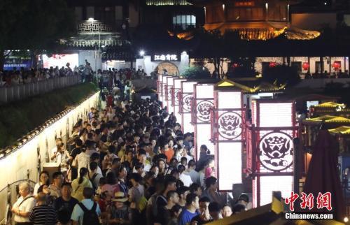 """京沪常住人口负增长 多城放开落户限制""""引才"""""""