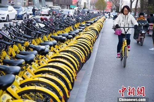 山西太原,民众正在使用共享单车。<a target='_blank' href='http://www.chinanews.com/'><p  align=