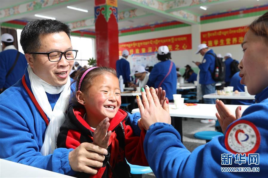 (新华网・图文互动)百余名志愿者赴西藏爱心帮扶