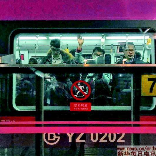 北京地铁上的读书人:他手里那本书正在发着光