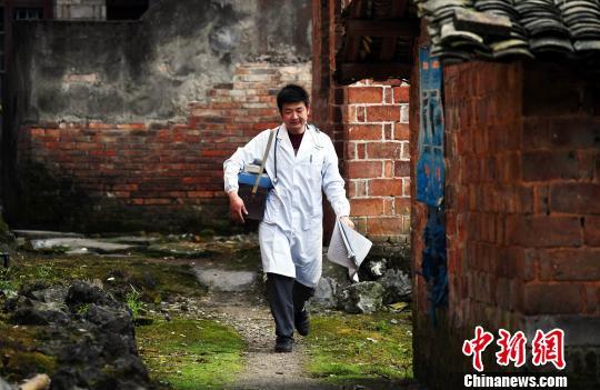 卫健委:边远地区优秀基层医生可放宽学历优先评聘