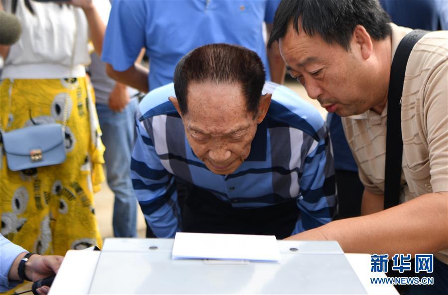 2017年9月29日,袁隆平在位于湖南湘潭的低镉稻实验田边查看水稻镉含量的检测结果。 新华社记者 薛宇舸