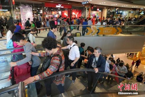 资料图:内地游客前往香港购物。 <a target='_blank' href='http://www.chinanews.com/'><p  align=