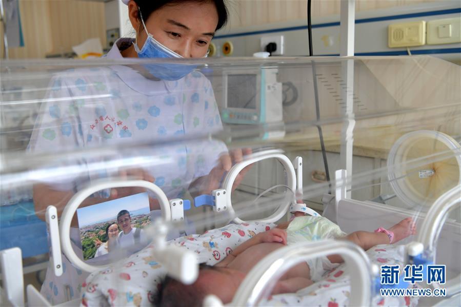 """(图片故事)(3)新生儿监护室里的""""代理妈妈"""""""